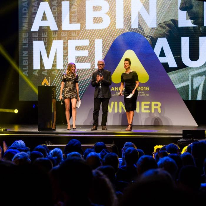 hosts Kylie Olsson and Helena Felixberger with Tony Visconti | © Nina Zimmermann
